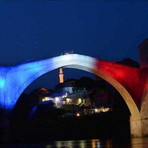 Stari most u Mostaru osvijetljen bojama francuske zastave