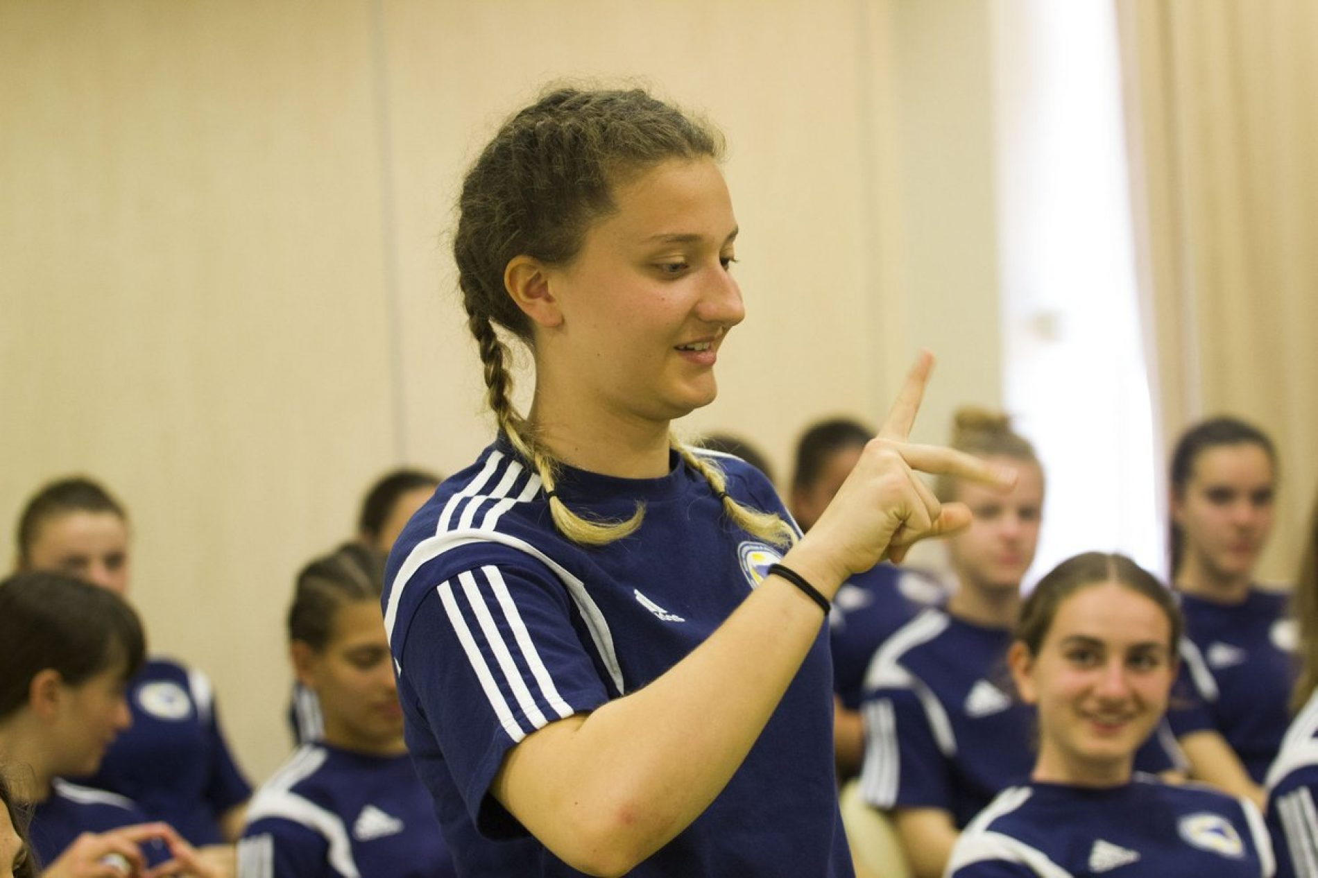 Nogometašice U-16 reprezentacije uče znakovni jezik kako bi komunicirali sa kolegicom