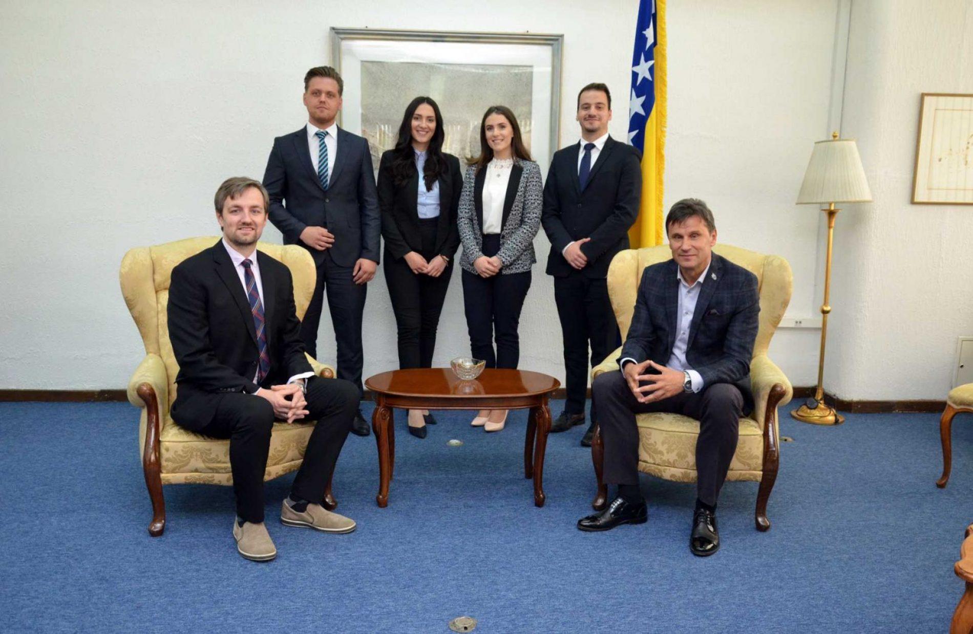 Uspješni zenički studenti novčano nagrađeni od Federalnog premijera i kompanije HIFA