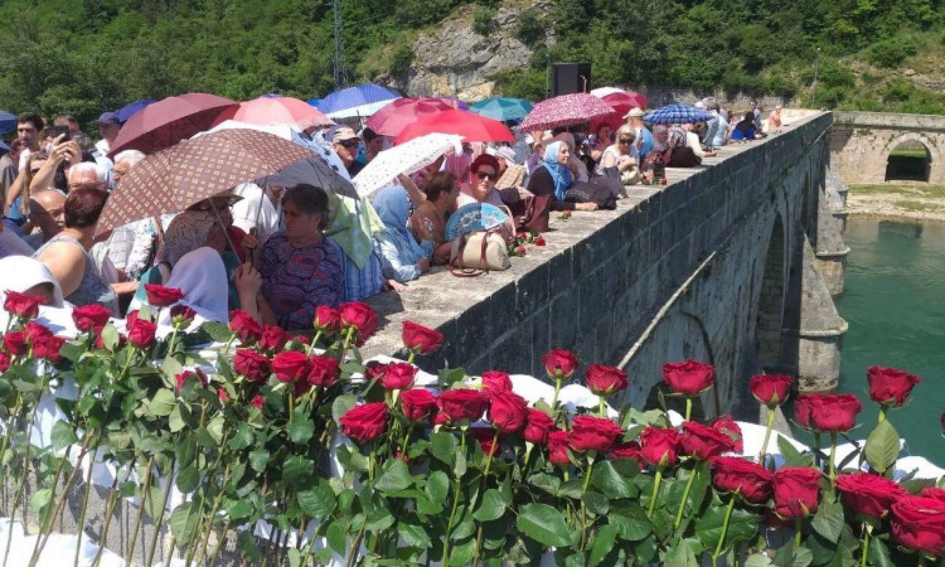 Višegrad – U Drinu spušteno 3.000 ruža za 3.000 ubijenih Bošnjaka