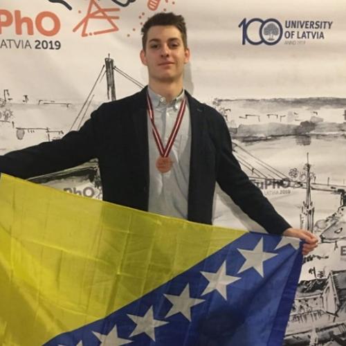 I to je Bosna! Nepoznati dedo novčano nagradio bronzanog gimnazijalca s Olimpijade iz fizike