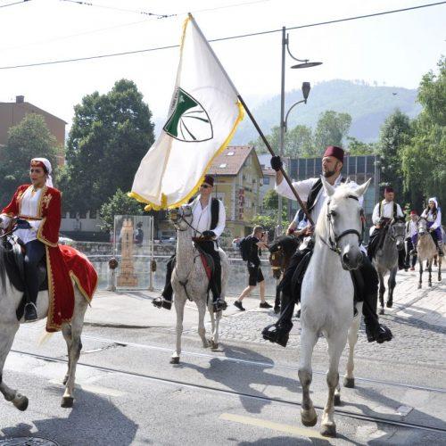 Konjanici sa barjakom Općine Stari Grad krenuli na pohod na Ajvatovicu (Foto)