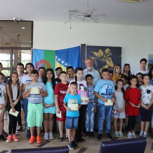 Visoko: Najboljim đacima iz romske zajednice nagrade od njihovog sugrađanina