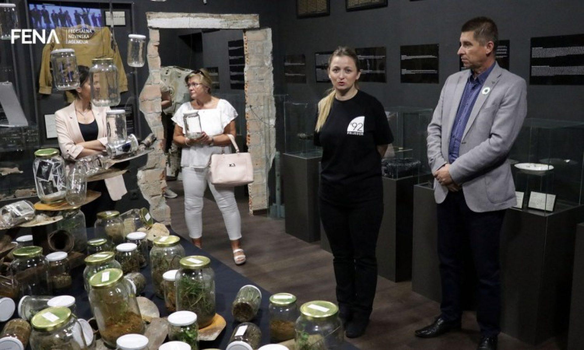 Instalacija Anite Zečić za čuvanje sjećanja na civilne žrtve Prijedora (Video)