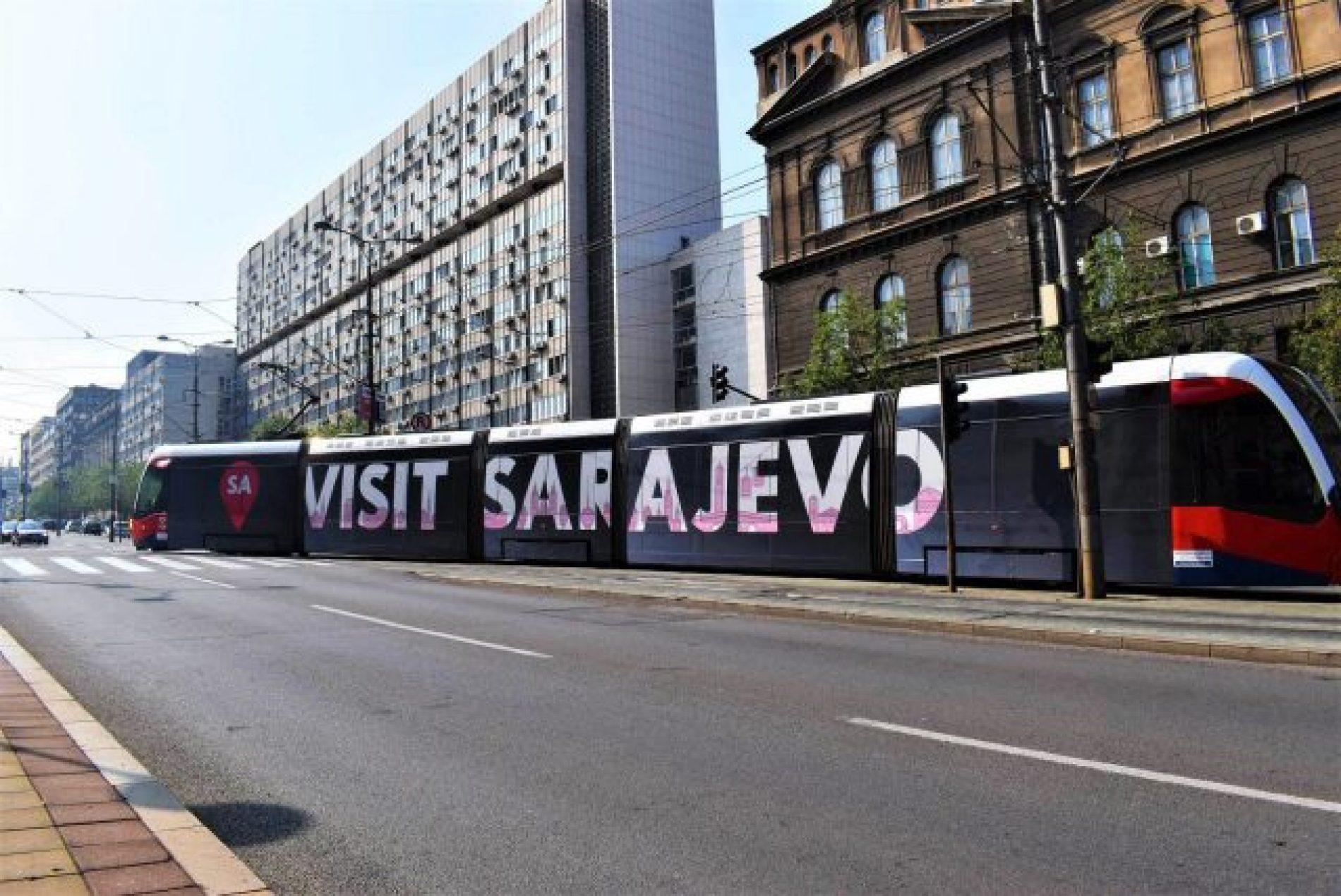 """Tramvaj s natpisom """"Visit Sarajevo"""" kruži ulicama Beograda"""