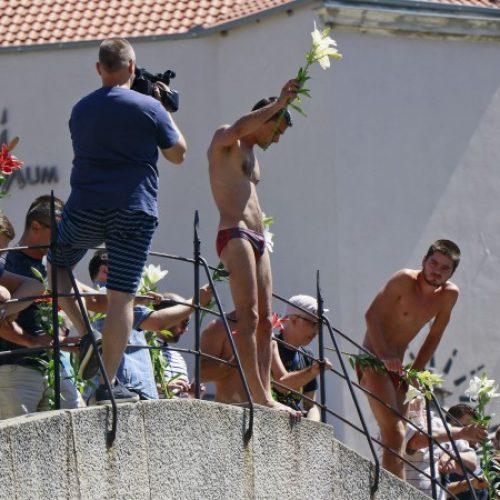 Skokom bez aplauza Mostar odao počast žrtvama Srebrenice