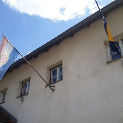 Tuzla: Zastava propale UZP tvorevine 'H-B' na zgradi ambulante