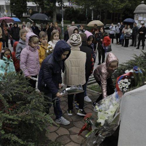 Povodom Svjetskog dana učitelja: Položeno cvijeće u znak sjećanja na Fatimu Gunić i učenike