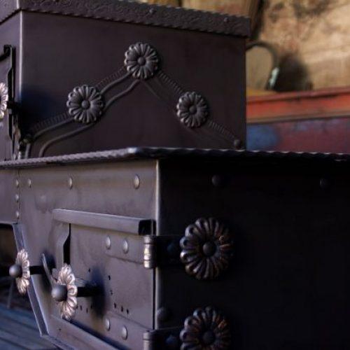 Haris Čelenka ručno izrađuje tradicionalnu peć, u narodu poznatiju kao fijaker