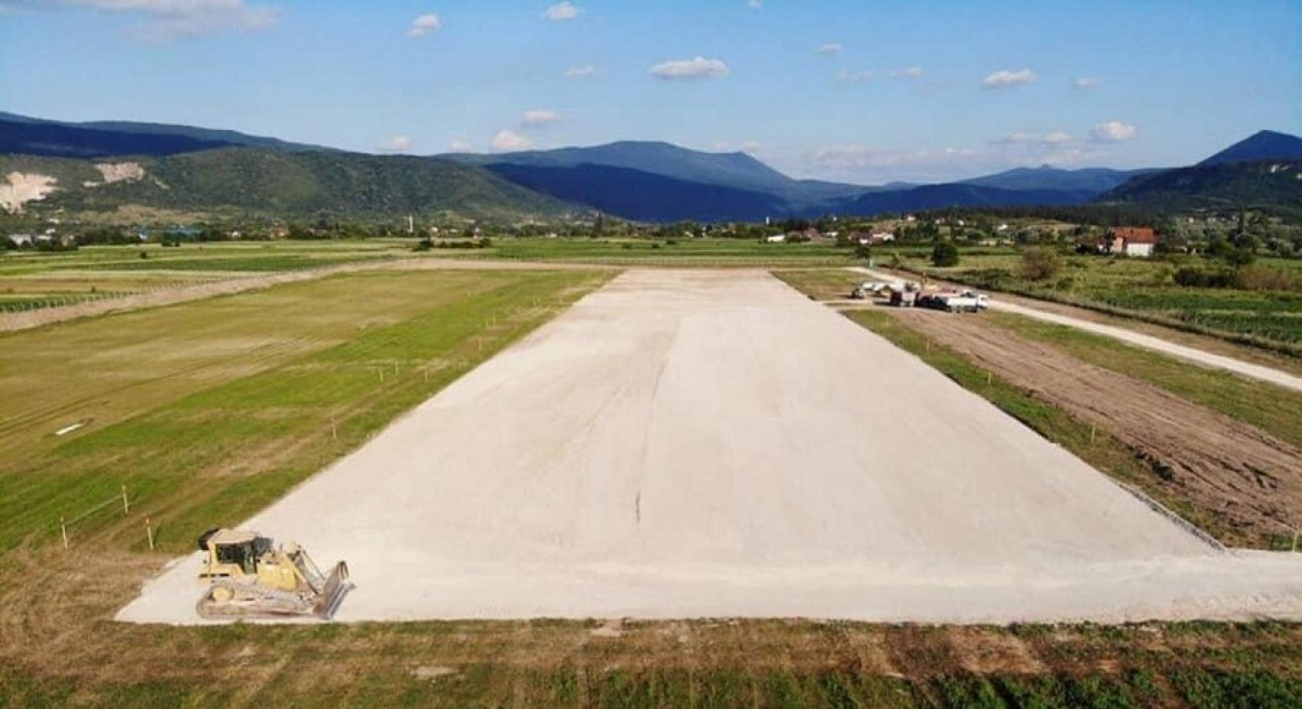 Izvođenje radova na izgradnji probne dionice poletno-sletne staze Aerodroma Bihać (Video)