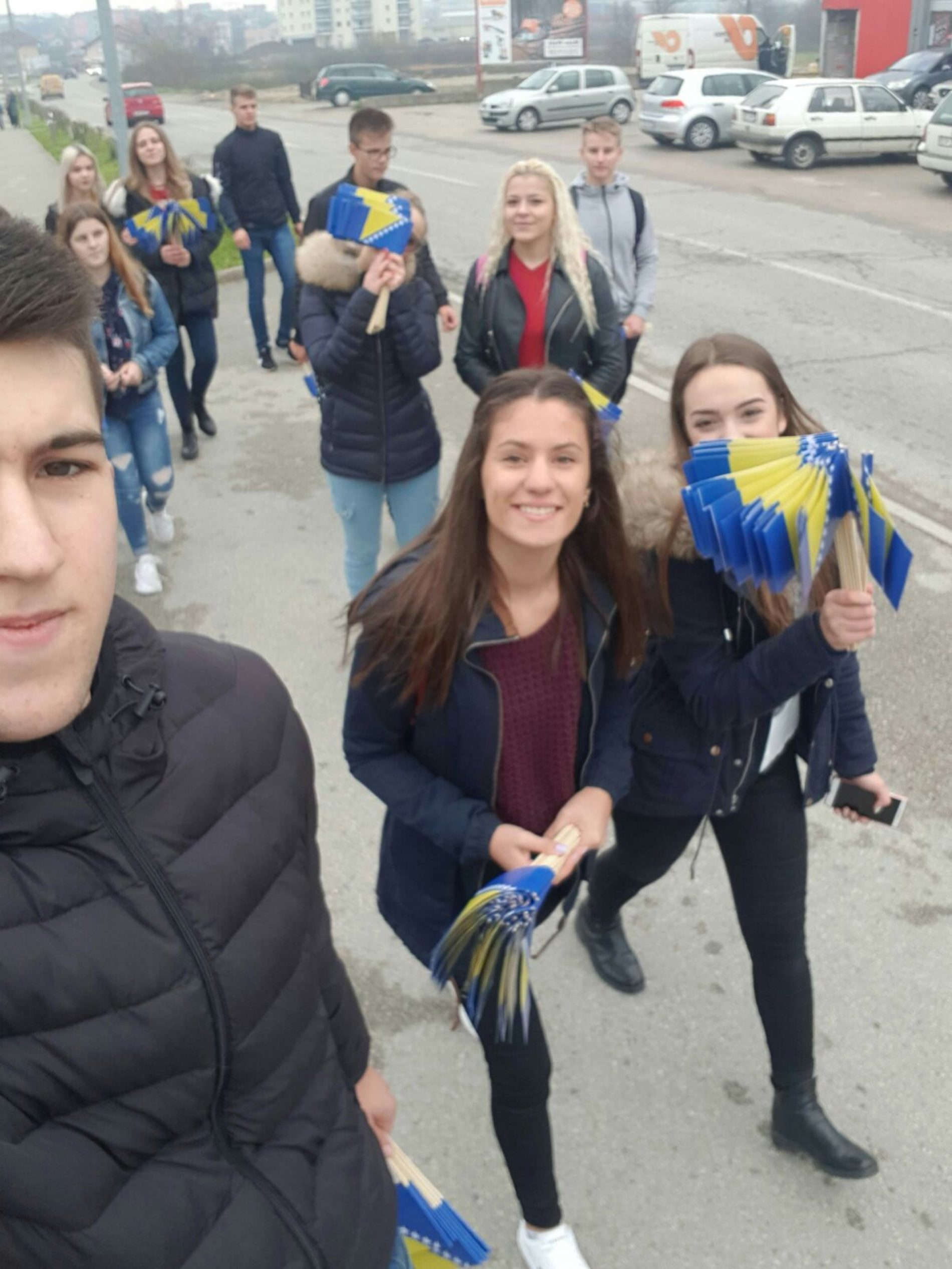 Povodom Dana državnosti Bosne i Hercegovine: Srednjoškolci u Cazinu poklanjali državne zastavice