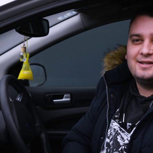 Taksista Haris besplatno prevozi djecu sa posebnim potrebama (Video)