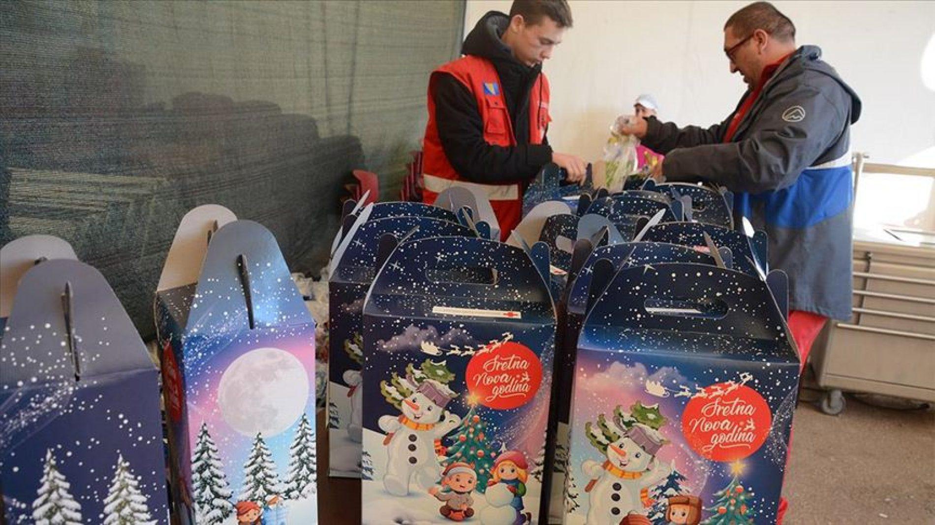 Mostar: Djeci migranata u Salakovcu podijeljeno 150 novogodišnjih paketića