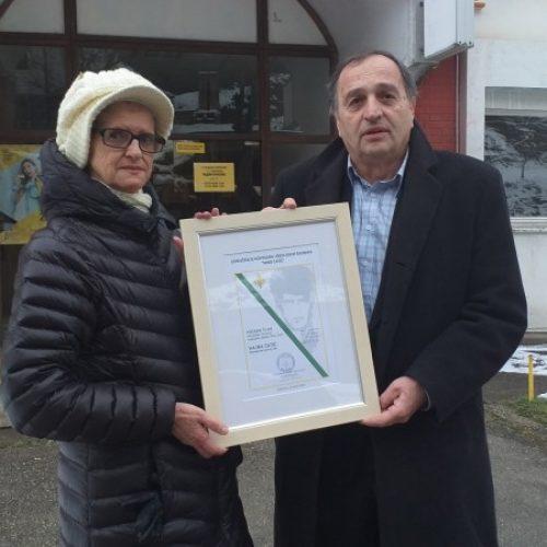 Srebrenica – Prva članska karta Udruženja novinara 'Nino Ćatić' za Hajru Ćatić