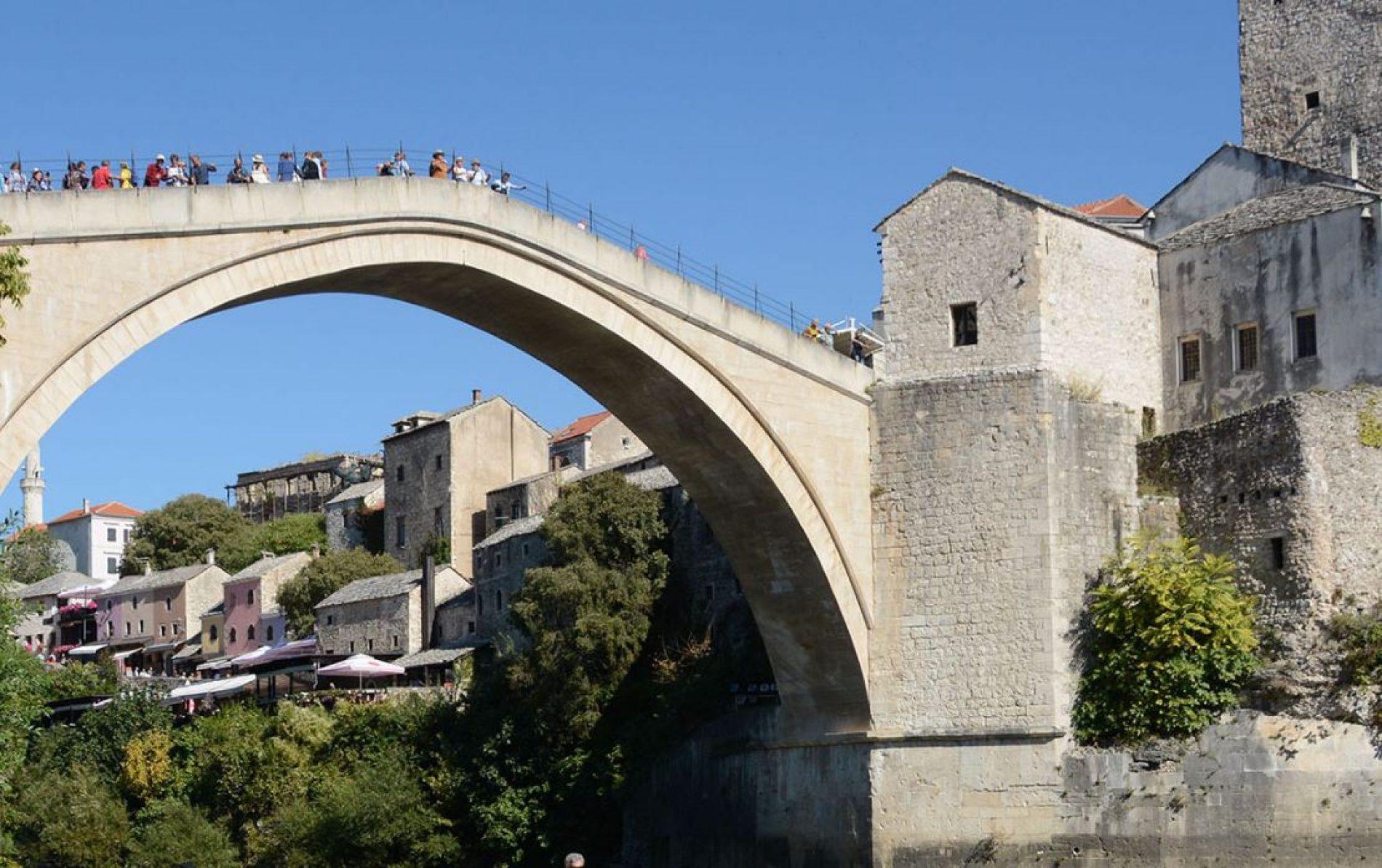 Mostar: Novogodšnji skok u ledenu Neretvu (VIDEO)