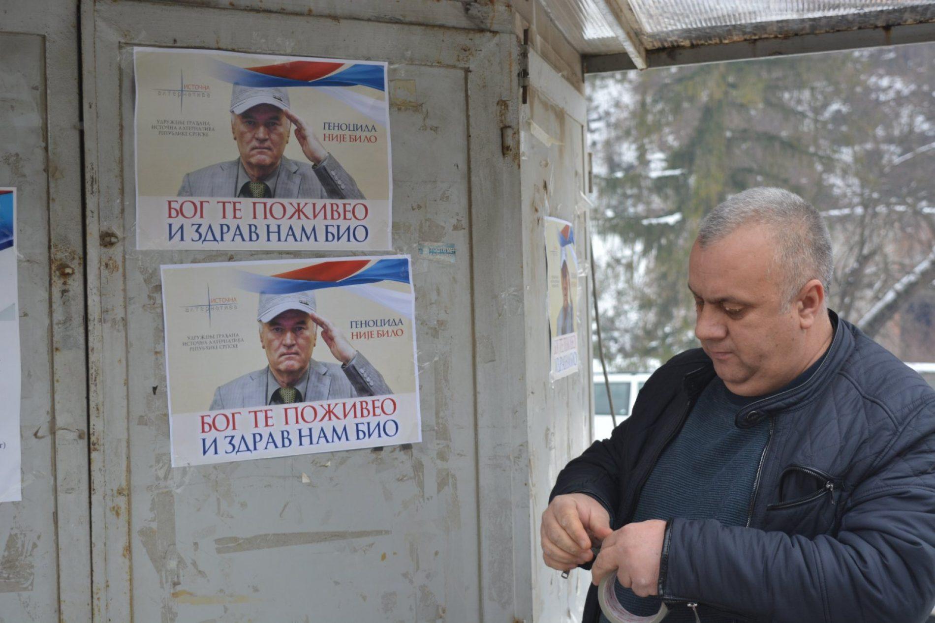 Plakate kojima se negira genocid i veliča zločinac,  poskidali Srebreničani kojima je dosta zastrašivanja