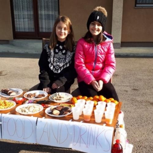 Nigdje k'o u Bosni! Djevojčice vidjele da migranti piju vodu iz rijeke, pa postavile štand sa osvježenjem
