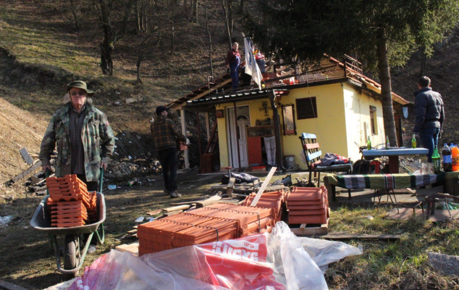 Dobri ljudi pomogli demobilisanom borcu u Gračanici: U utorak mu izgorio krov, danas mu sagrađen novi