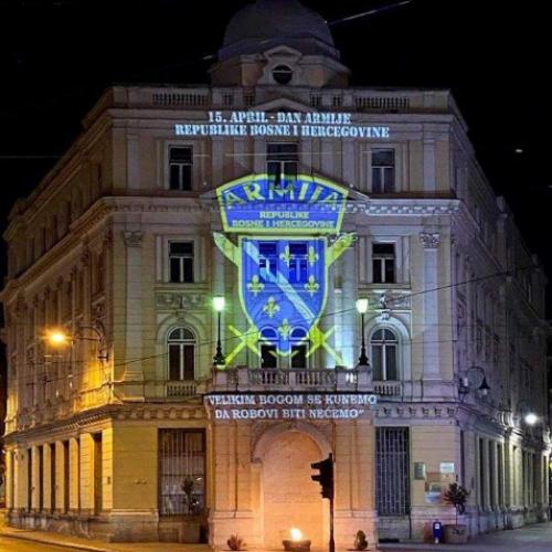 Grad Sarajevo: Zgrada u centru u bojama grba Armije RBiH