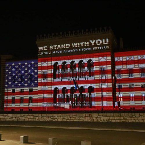 Sarajevska Vijećnica u bojama američke zastave