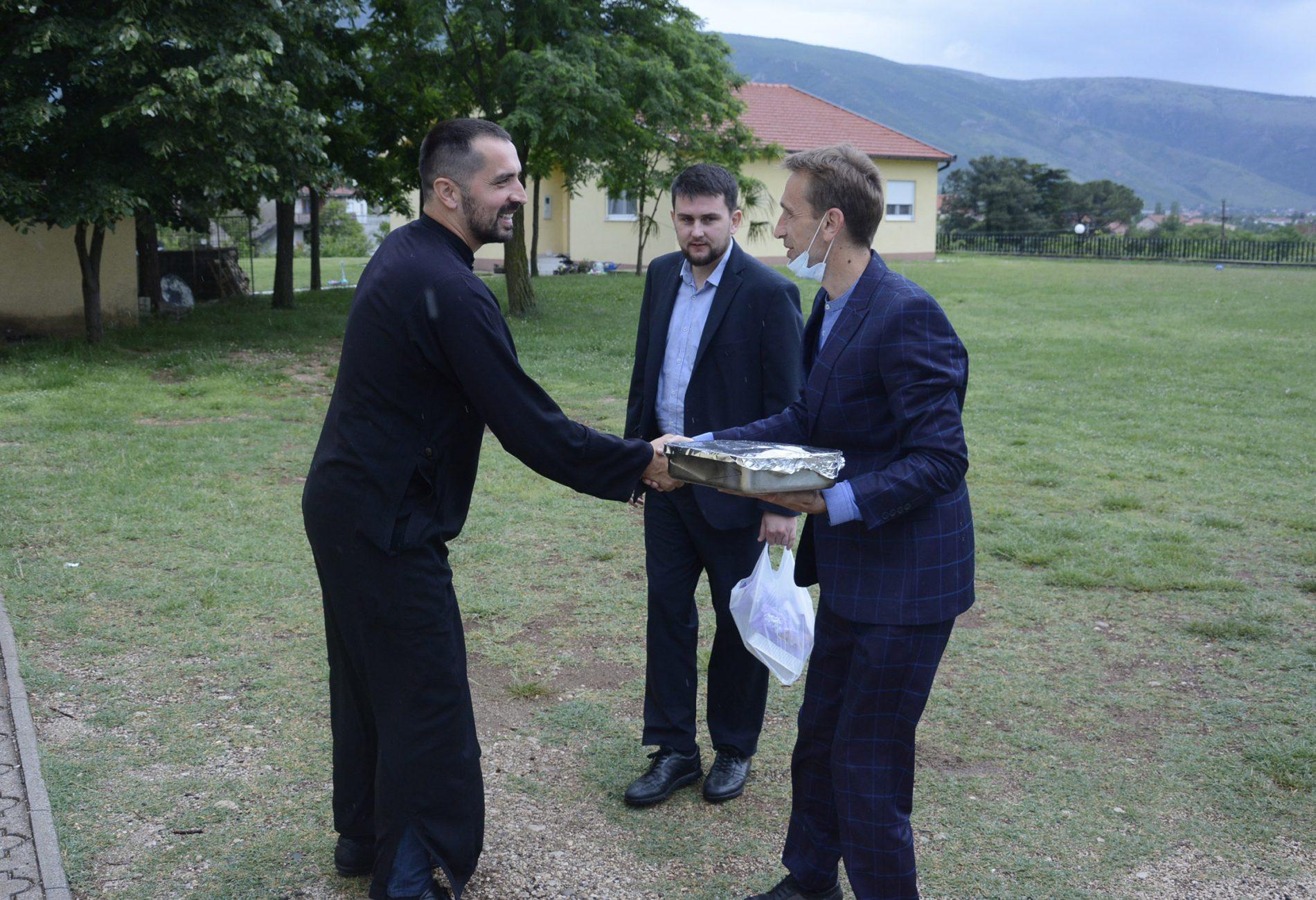 Imami povodom Bajrama počastili mjesnog paroha u Mostaru