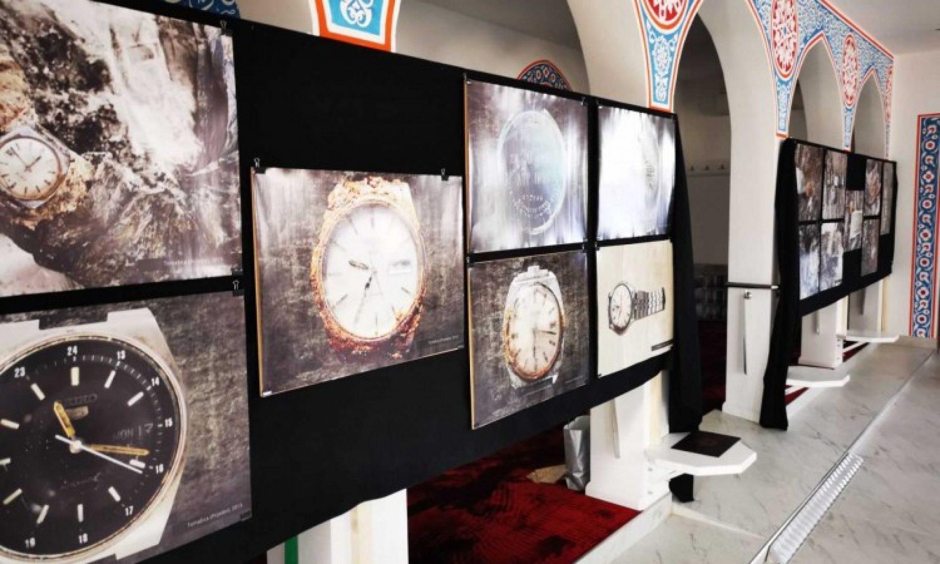 Kozarac: Dženaza za ubijene Prijedorčane; otvorena i izložba fotografija satova žrtava pronađenih u masovnim grobnicama