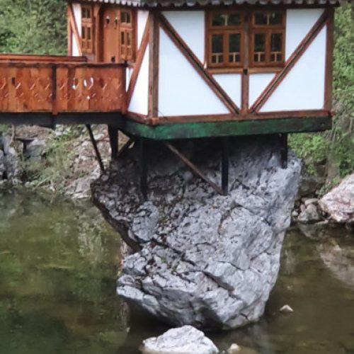 Kućica na stijeni 'Ludi kamen' – atrakcija Etno-avlije Mačkovac