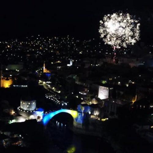 Mostar u bojama državne zastave povodom godišnjice obnove Starog mosta