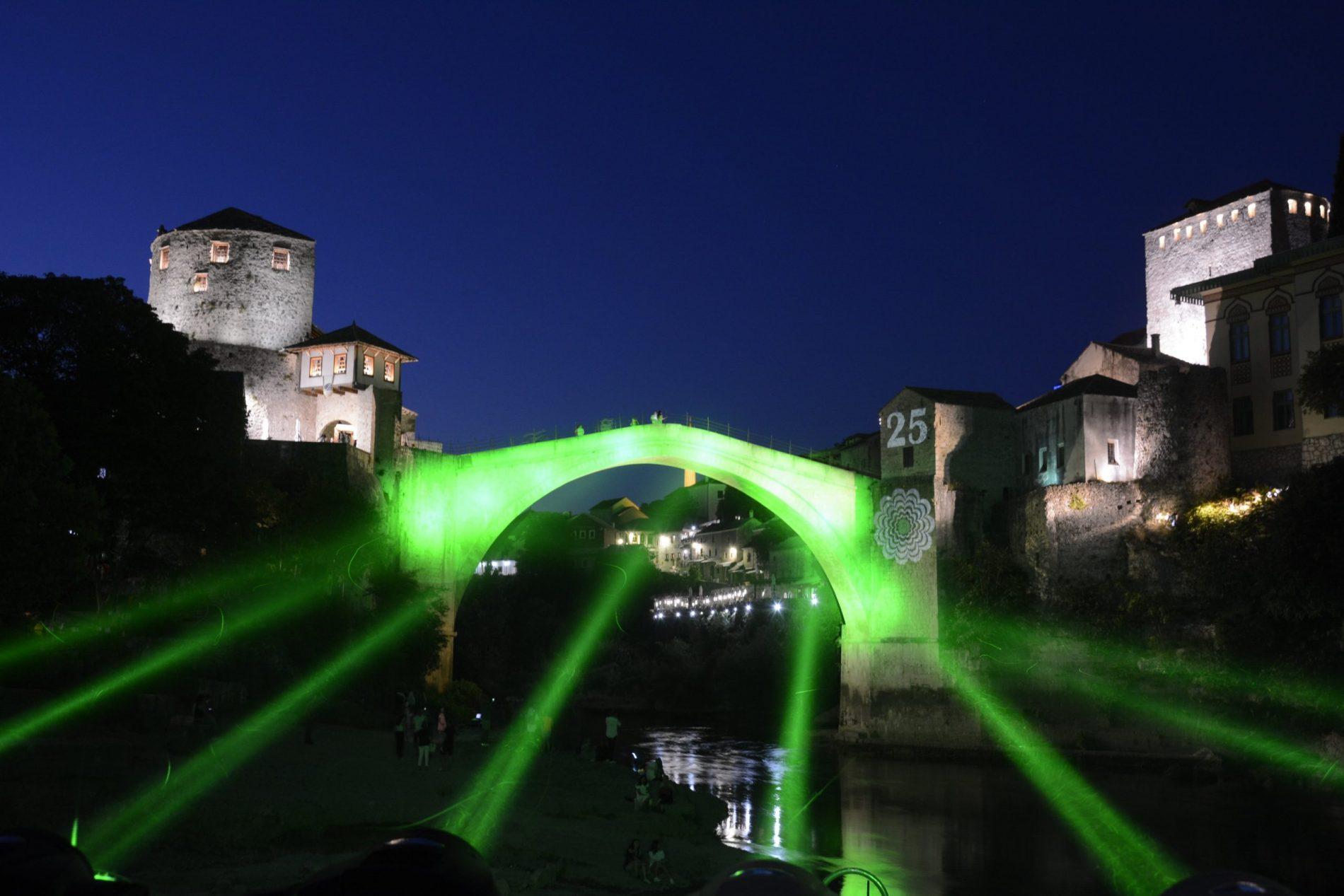 Mostar: Stari most u znaku Cvijeta Srebrenice
