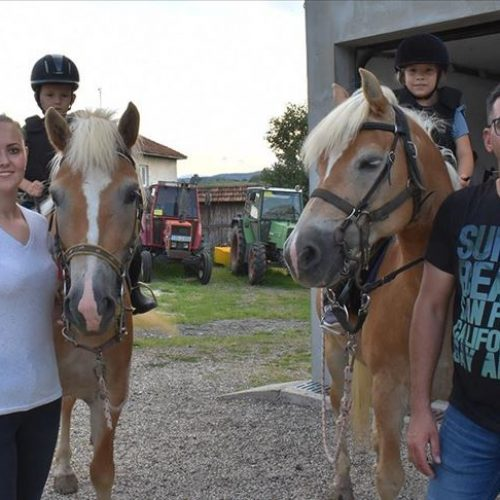 Supružnici Emina i Adem kroz školu jahanja uče mlade da vole konje (Video)