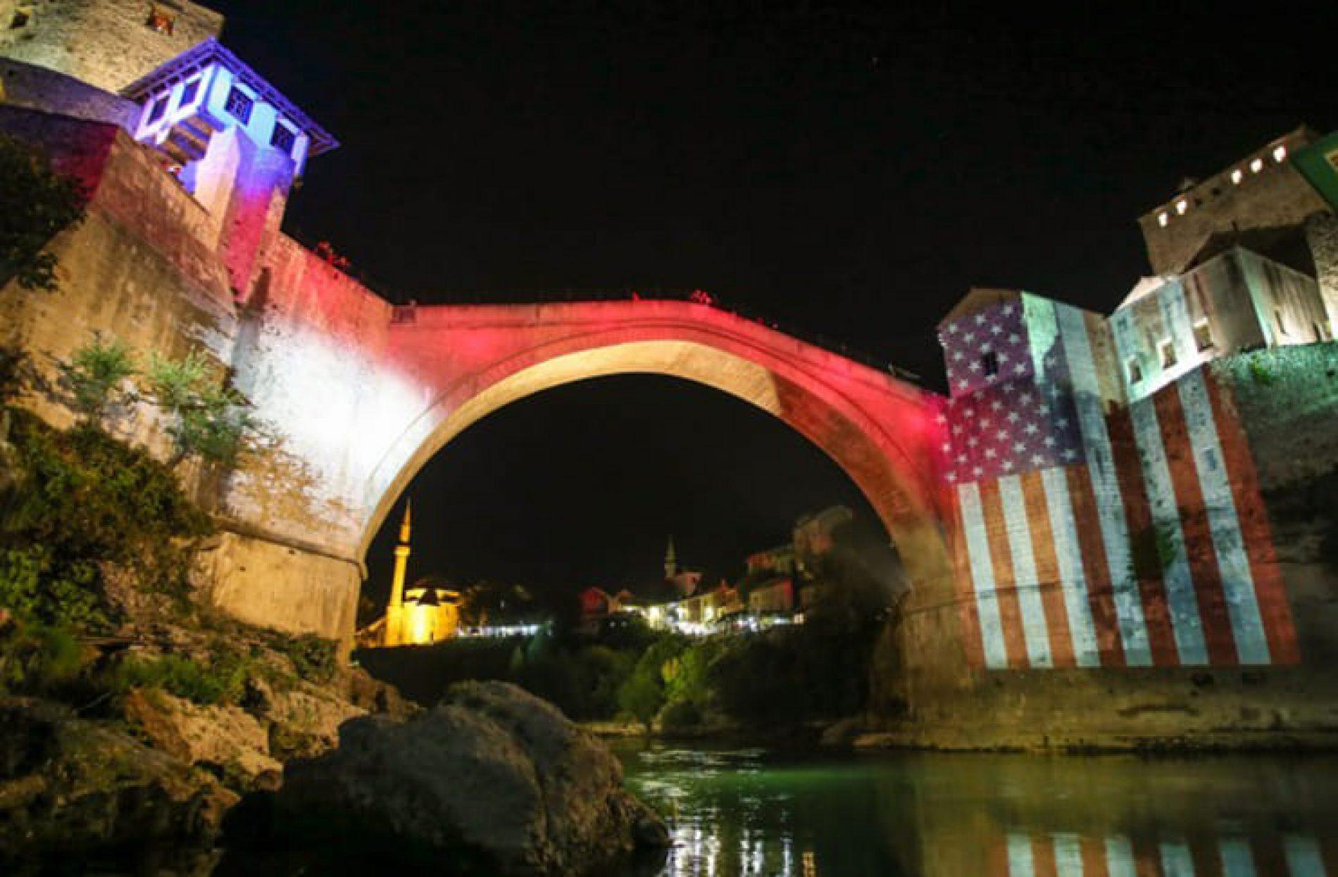 Mostar: Stari most u bojama američke zastave