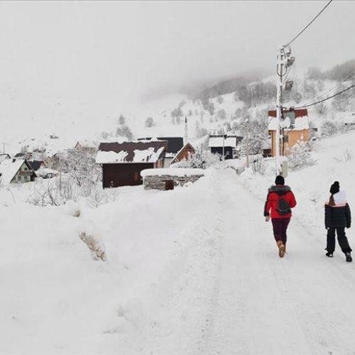 Borba sa sniježnim nanosima u Trnovu: Uz velike napore probijeni putevi do sela na Bjelašnici