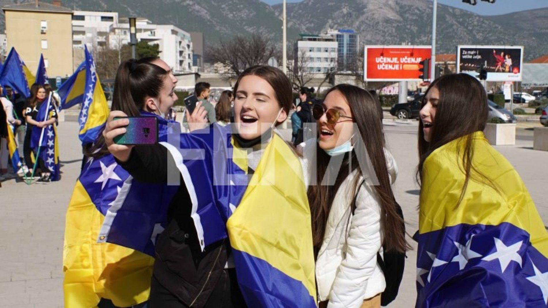 Mostarski učenici obilježili Dan nezavisnosti Bosne i Hercegovine (Video)
