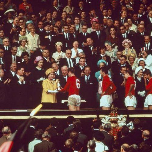 Kraljica se prisjetila uručenja trofeja SP 1966 te poželjela sreću Engleskoj u novom finalu