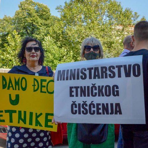 Podgorica: Građani na protestu tražili ostavku ministarke Bratić, poručili da neće dozvoliti fašizam u školama