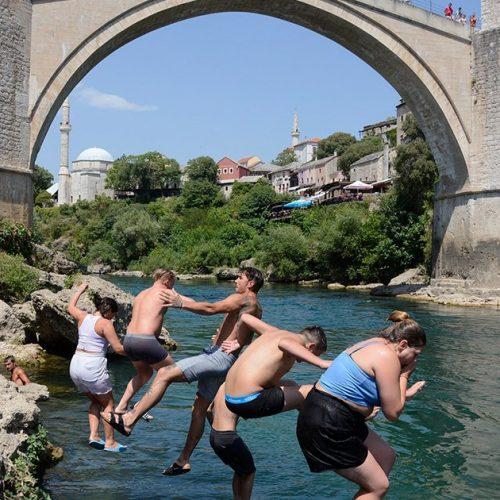Mostar: Vrućine i turiste natjerale u Neretvu