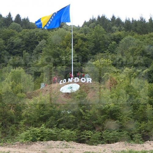 Kod Sanskog Mosta podignuta velika državna zastava i otkriven Cvijet Srebrenice