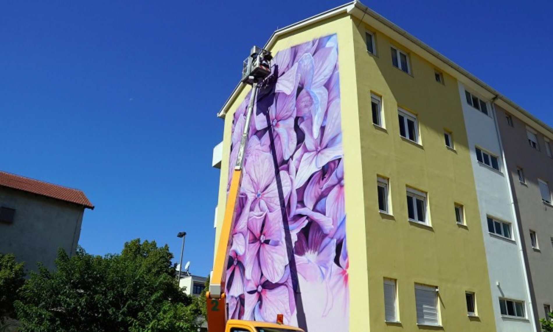 Umjetnici iz cijeloga svijeta oslikavaju mostarske fasade (Video)