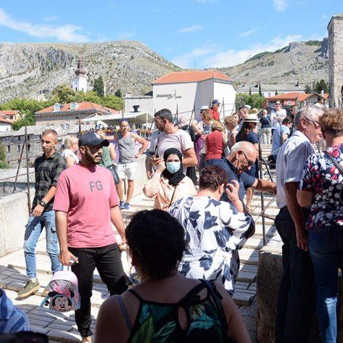 Stari grad u Mostaru preplavili turisti; pojačane aviolinije za Sarajevo