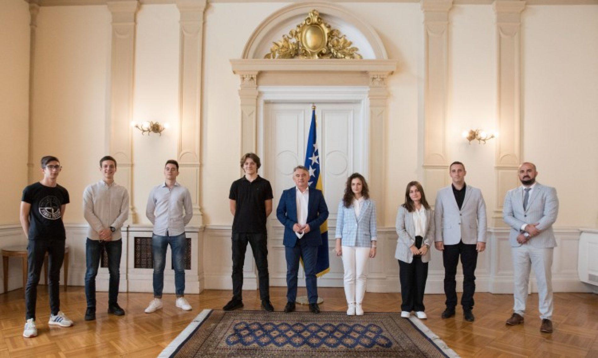 Komšić primio robotičku reprezentaciju Bosne i Hercegovine